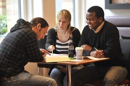 Immer häufiger gehen Studierende für ein oder mehrere Semester ins Ausland. Neben dem richtigen Gepäck ist dabei auch der richtige Versicherungsschutz wichtig