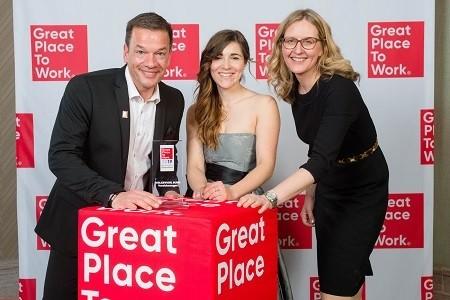 Personalchef Stephan Tocholski und die Personalentwicklerinnen Marie Lipka (Mitte) und Andrea Otto nahmen die Auszeichnungen in Berlin entgegen.