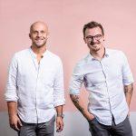 Pressefoto im Anhang: Dominik Wasik (li.) und Anton Leis (re.) © Fonds Finanz Maklerservice GmbH