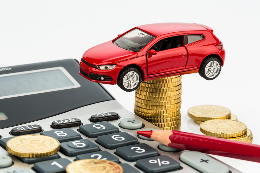 Auto und Taschenrechner. Steigende Kosten bei Autokauf, Leasing, Werkstatt, Tanken und Versicherung
